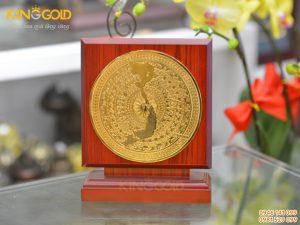 Biểu trưng mặt trống đồng có bản đồ mạ vàng sang trọng